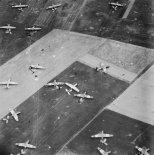 """Szybowce """"Horsa """" po lądowaniu w strefie brytyjskiej 6 Dywizji Powietrzno Desantowej w pobliżu Ranville w Normandii, 6.06.1944 r. (Źródło: Imperial War Museum)."""