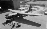 """Szybowiec w wersji """"Horsa """" Mk.I z 38 Grupy RAF, przed hangarem w No. 6 Maintenance Unit (Brize Norton, Oxfordshire). (Źródło: Imperial War Museum)."""