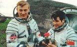 Mirosław Hermaszewski oraz Piotr Klimuk na tle lądownika kosmicznego, po powrocie z lotu kosmicznego. (Źródło: archiwum).