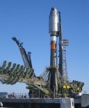 """Rakieta Sojuz 2.1a gotowa do startu. (Źródło: Arie via """" Wikimedia Commons """")."""