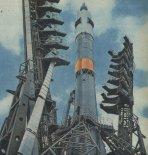 Rakiet Sojuz ze  statkiem kosmicznym tej samej nazwy na stanowisku startowym w Bajkonurze. Widoczne odchylone części wieży obsługowej.  (Źródło: Skrzydlata Polska nr 25/1978).