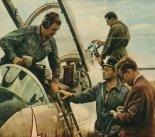 """Przygotowania  prototypu samolotu TS-11""""Iskra"""" do lotów. Pierwszy z prawej konstruktor samolotu doc. Tadeusz Sołtyk. (Źródło: Skrzydlata Polska nr 50/1963)."""