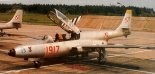 """Ogólny wygląd samolotu rozpoznawczego PZL TS-11R """"Iskra"""" (nr boczny 1917).  7. Pułk Lotnictwa Specjalnego MW, 1991 r. (Źródło: Lotnictwo Aviation International nr 2/1992)."""