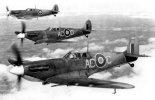 """Myśliwskie samoloty pokładowe w wersji Supermarine """"Seafire"""" Mk.IB w locie. (Źródło: archiwum)."""