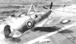 """""""Seafire"""" Mk.III podczas lądowania na lotniskowcu. (Źródło: archiwum)."""