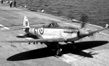 """Morski samolot myśliwski """"Seafire"""" Mk.XVII na pokładzie lotniskowca. (Źródło: archiwum)."""