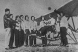 Grupa dziewcząt na jednym z szybowlsk ChRL zapoznaje się na chwiejnlcy z polskim szybowcem IS-3 ABC. (Źródło: Skrzydlata Polska nr 4/1957).