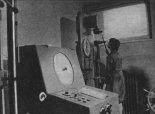 Badanie kleju na ściskanie w laboratorium wytrzymałościowym, 1976 r. (Źródło: Skrzydlata Polska nr 49/1976).