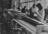 Warsztat SZD, w którym powstają konstrukcje laminatowe, 1976 r. (Źródło: Skrzydlata Polska nr 49/1976).