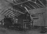 """Jednopłatowiec Tańskieqo w trakcie budowy w hangarze """"Aviaty"""", konstruktor stoi obok- w meloniku. (Źródło: via Barbara z Tańskich Brachacka – Skrzydlata Polska nr 1/1957)."""
