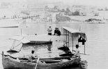 """Wodnosamolot Voisin  """"Canard"""" nr 4, napędzany silnikiem Anzani o mocy 44 kW podczas  pierwszego konkursu wodnosamolotów w Monaco 1912 r., pilot Paul Rugère. (via """"Les Canards de Gabriel Voisin"""")."""