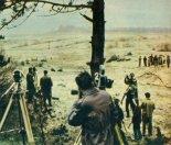 Próby startu rakiet RM-3W i RASKO-1, Pustynia Błędowska, kwiecień 1963 r. Na punkcie obserwacyjnym, w głębi z prawej-stanowisko dowodzenia, dalej przedpole z wyrzutniami rakietowymi. (Źródło: Skrzydlata Polska nr 20/1963).