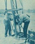 Przygotowania do startu rakiety doświadczalnej RASKO-1. Pustynia Błędowska, kwiecień 1963 r. (Źródło: Skrzydlata Polska nr 20/1963).