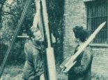 Pracownicy Doświadczalnego Ośrodka Rakietowego przy wyrzutni z rakieta RP-3. Po prawej jeden z pracowników z rakietą RM-1A. (Źródło: Skrzydlata Polska nr 43/1963).