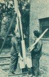 Pracownicy Doświadczalnego Ośrodka Rakietowego przy wyrzutni z rakieta RP-3. Po prawej jeden z pracowników z rakietą RM-1A zbudowaną w 1959 r. (Źródło: Skrzydlata Polska nr 43/1963).