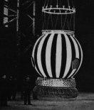 """Gondola """"Gwiazdy Polski"""" podczas prób. (Źródło: Burzyński Z. """"Balonem przez kontynenty"""". Wydawnictwo MON. Warszawa 1956)."""
