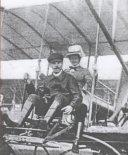 Adolf Warchałowski i księżniczka Austrii Augusta po locie w dniu 18.06.1910 r. samolotem Warchałowski II w trakcie zawodów w Budapeszcie. (Źródło: Flight nr 79,1910 via Aeroplan nr 3/2010).