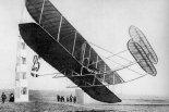 Samolot Wright Model A pilotowany przez Eugene Lefebvre podczas mityngu w Reims w 1909 r. (Źródło: Wright Brothers Aeroplane Company.A Virtual Museum of Pioneer Aviation).