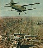 Samolot Antonow An-2 używany w ZSRR do nawożenia pól kołchozowych. (Źródło: Skrzydlata Polska nr 17/1965).