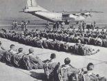 Polscy spadochroniarze z 6 Pomorskiej Dywizji Powietrznodesantowej i radziecki samolot Antonow A n-12 na lotnisku Balice. 1965r. (Źródło: archiwum).