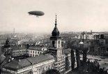 """Polski sterowiec wojskowy """"Lech"""" przelatuje w sierpniu 1926 r. nad odnawianym w tym czasie Zamkiem Królewskim w Warszawie. (Źródło: archiwum)."""