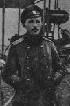 Paweł Zołotow jako oficer lotnictwa rosyjskiego przed samolotem Farman- IV w okresie I wojny światowej. (Źródło: Skrzydlata Polska nr 27/1957).
