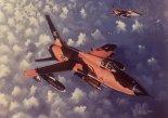 """Republic F-105B """"Thunderchief"""" (""""Polish Glider"""") w locie. Widoczne polskie herby i nazwa własna na nasadzie skrzydła. Obraz Gerry'ego Ashera. (Źródło: via Konrad Zienkiewicz)."""