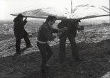 Przygotowania lotni do startu. Na pierwszym planie Marek Stasiak. Rudzka Góra w Łodzi, kwiecień 1977 r. (Źródło: archiwum Lech Pitoń).