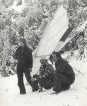 """Na tle lotni """"Sonia"""" stoją (od lewej): Zbigniew Kmin, Lech Pitoń i Witold Tranda. (Źródło: archiwum Lech Pitoń)."""