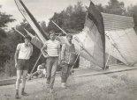 """Dwie lotnie """"Lotus V"""" juz z końcówką eliptyczną IV Lotniowe Mistrzostwa Polski  Żar'1984. Stoją od prawej: Andrzej Binkowski i Krzysztof Wojtczak. (Źródło: Copyright Andrzej Binkowski)."""