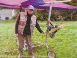 Jan Popko demonstruje swoją konstrukcję. Wersja z silnikiem Solo. (Źródło: Bogdan Szwarc- Lotnictwo Ultralekkie i Sportowe nr 5/2005 via Damian Lis).
