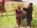 Jan Popko i Waldemar Batko w trakcie montażu motolotni. (Źródło: Bogdan Szwarc- Lotnictwo Ultralekkie i Sportowe nr 5/2005 via Damian Lis).