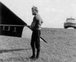 """Paweł Wierzbowski przy lotni """"Seagull III"""". Lipiec 1976 r.  (Źródło: Copyright Paweł Wierzbowski)."""