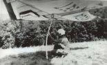 Jeżów Sudecki, sierpień 1988 r. Obóz lotniarski Aeroklubu Jeleniogórskiego. Szkolenie podstawowe prowadził instr. Tomasz Cygal. Przed startem ze zbocza północnego Artur Caban. (Źródło: via Artur Caban).