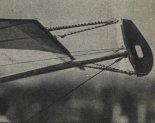 Końcówka sprężystego skrzydła Z-75. Widoczne są liny gumowe napinające płat. Zamiast powszechnie używanych usztywniających lin stalowych zastosowano odpowiedni drut stalowy. (Źródło: Skrzydlata Polska nr 25/1976).