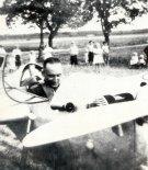 """Zbigniew Babiński w kabinie motoszybowca 8221;Bąk"""", druga połowa lat trzydziestych. (Źródło: Lotnictwo Aviation International nr 8/1991)."""