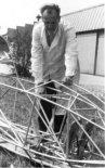 """Mgr inż. Zbigniew Badura przy kratownicy kabiny szybowca SZD-16 """"Gil"""". (Źródło: SZD via Andrzej Glass via Aeroplan nr 4/1999)."""