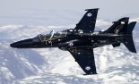 """Samolot szkolno-treningowy BAe Systems """"Hawk"""" T.2 należący do Royal Air Force. (Źródło: Chris Lofting via Wikimedia Commons)."""