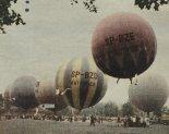 """Na starcie zawodów balonowych w Wałbrzychu (1962 r.). Na pierwszym planie balon BS """"Polonez"""" (SP-BZE), z lewej balon """"Katowice"""" (SP-BZD). (Źródło: Skrzydlata Polska nr 32/1964)."""