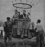 """Załoga w koszu balonu """"Katowice"""" (SP-BZD) staruje do lotu treningowego. (Źródło: Skrzydlata Polska nr 41/1964)."""