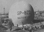 """Balon wyczynowy MOS-2 """"Katowice"""" na Stadionie Ludowym w Sosnowcu. (Źródło: Skrzydlata Polska nr 32/1964)."""