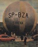"""Balon """"Syrena"""" na lotnisku Aeroklubu Warszawskiego na Gocławiu, przed startem do pierwszego lotu. (Źródło: Skrzydlata Polska nr 40/1957)."""