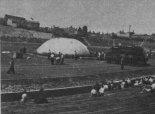 Napełnianie balonu na stadionie w Poznaniu. 9.06.1957 r. (Źródło: Skrzydlata Polska nr 27/1957).