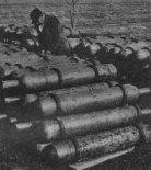 Przygotowywanie butli z gazem służącym do napełniania balonu. Przegląd butli dokonuje Wacław Maciejewski. (Źródło: Skrzydlata Polska nr 11/1957).