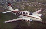 """Samolot dyspozycyjny Beechcraft 58P """"Pressurised Baron"""" w locie. (Źródło: San Diego Air & Space Museum Archives)."""