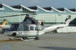 """Śmigłowiec Bell-412 (02) Polskich Sił Powietrznych na lotnisku Warszawa-Okęcie. (Źródło: Hiuppo via """"Wikimedia Commons"""")."""