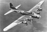 """Ciężki samolot bombowy Boeing B-17G-30-DL """"Flying Fortress"""" w locie. (Źródło: U.S. Air Force)."""