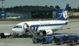 """Samolot Boeing 737-500 (SP-LKF) Polskich Linii Lotniczych """"Lot"""" na lotnisku Warszawa- Okęcie. (Źródło: via Wikimedia Commons)."""