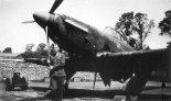 """Samolot Boulton Paul """"Defiant"""" Mk.I z 307 Dywizjonu Myśliwskiego Nocnego zaparkowany w obwałowaniu z worków z piaskiem. (Źródło: Aeroplan nr 3/1997)."""