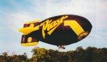 """Sterowiec """"Piast"""" w locie. Zdjęcie wykonane podczas szkolenia w Anglii. (Źródło: Przegląd Lotniczy Aviation Revue nr 9/1999)."""